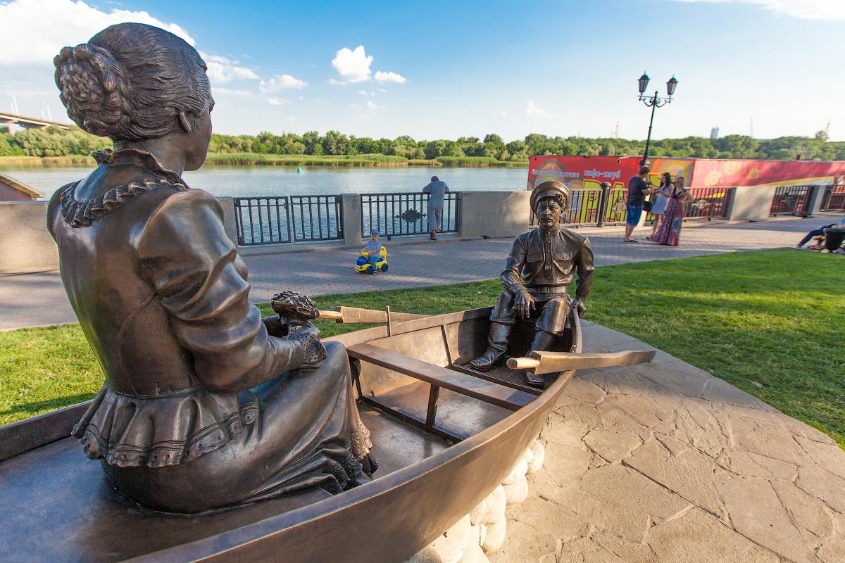 памятник люди в лодке