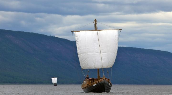 Копии старинных судов времен Семена Дежнева отправляются покорять Чукотку.