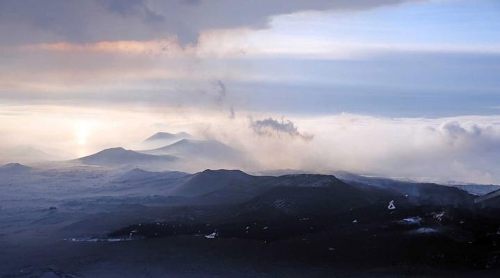 Извержение камчатского вулкана Плоский Толбачик ослабевает. сообщает...